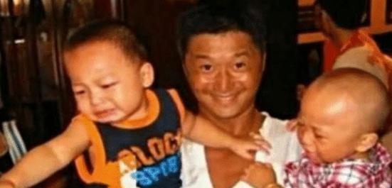 吴京在汶川地震时给灾民搭建帐篷,还收养了两个男孩