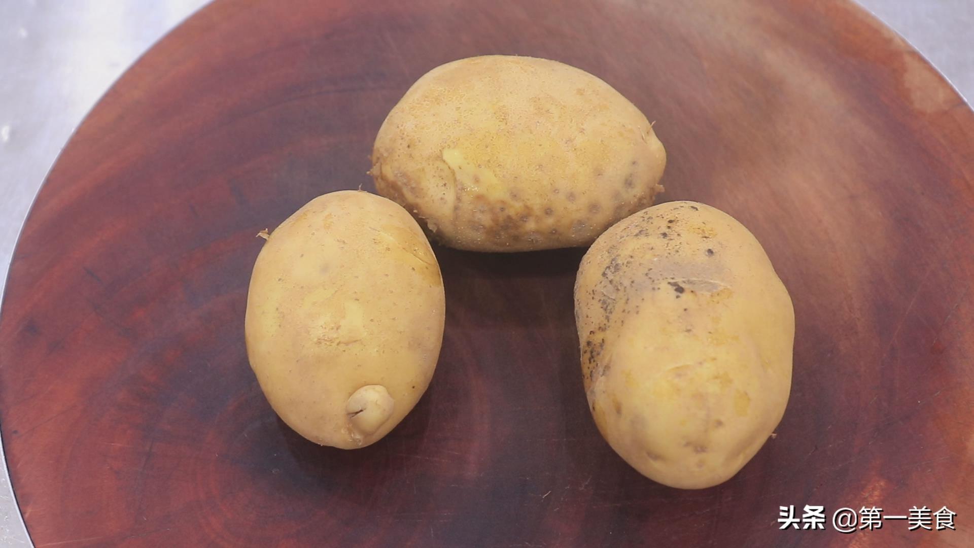 想吃薯片不用买,自己在家炸的一样嘎嘣脆,三个土豆炸一大锅 美食做法 第2张