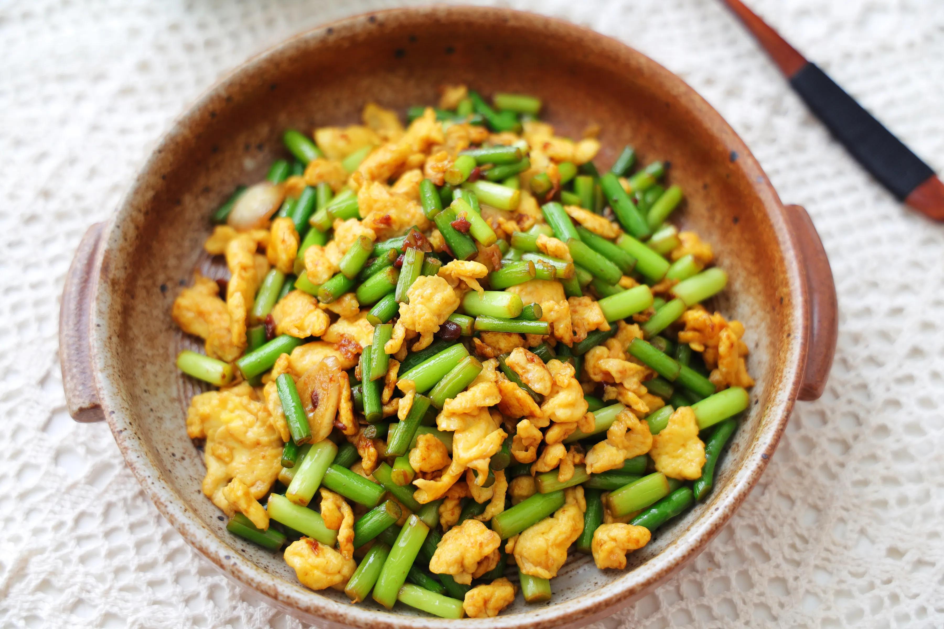 鸡蛋和蒜薹的新吃法,酱香美味,鲜嫩好吃,特下饭!一定要试试 美食做法 第1张