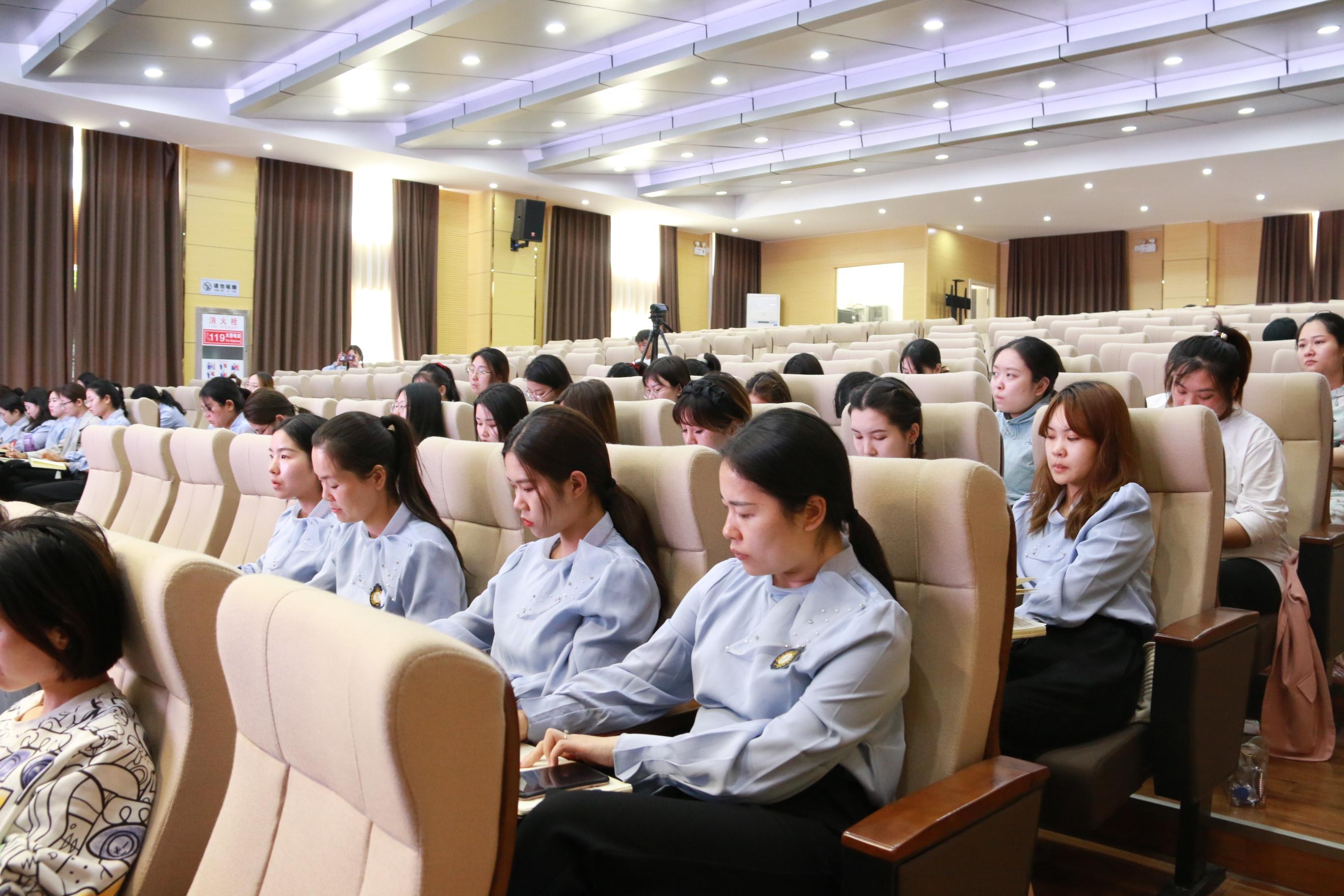 郑州市中原区阳光小学举办教师专业成长培训讲座