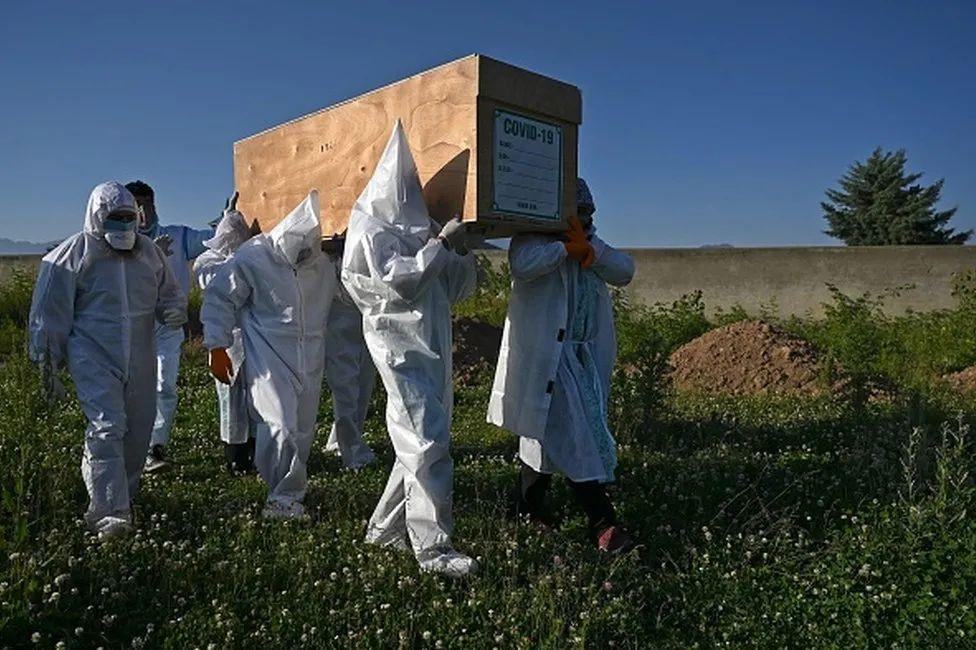 咱能斗胆质疑新冠死亡率吗?西方各国惊恐的目的何在?