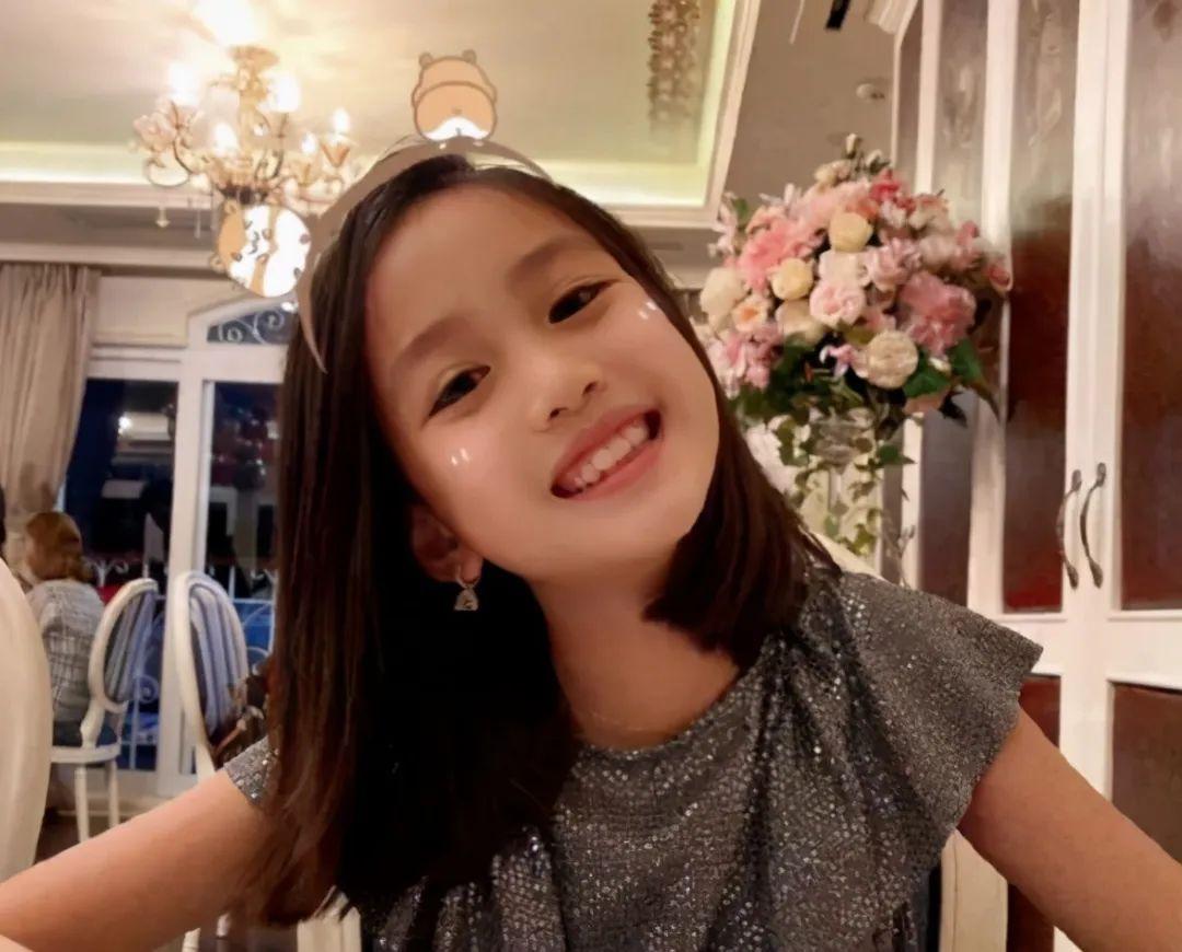 鐘麗緹二女兒逆襲成功,五官長開似超模,12歲身高赶超爸媽