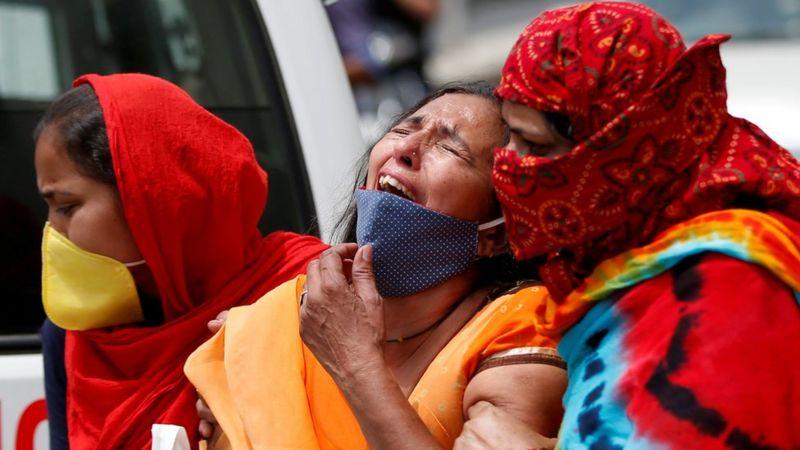印度完全失控!3天确诊百万,医院崩溃,尸体露天火化如人间地狱