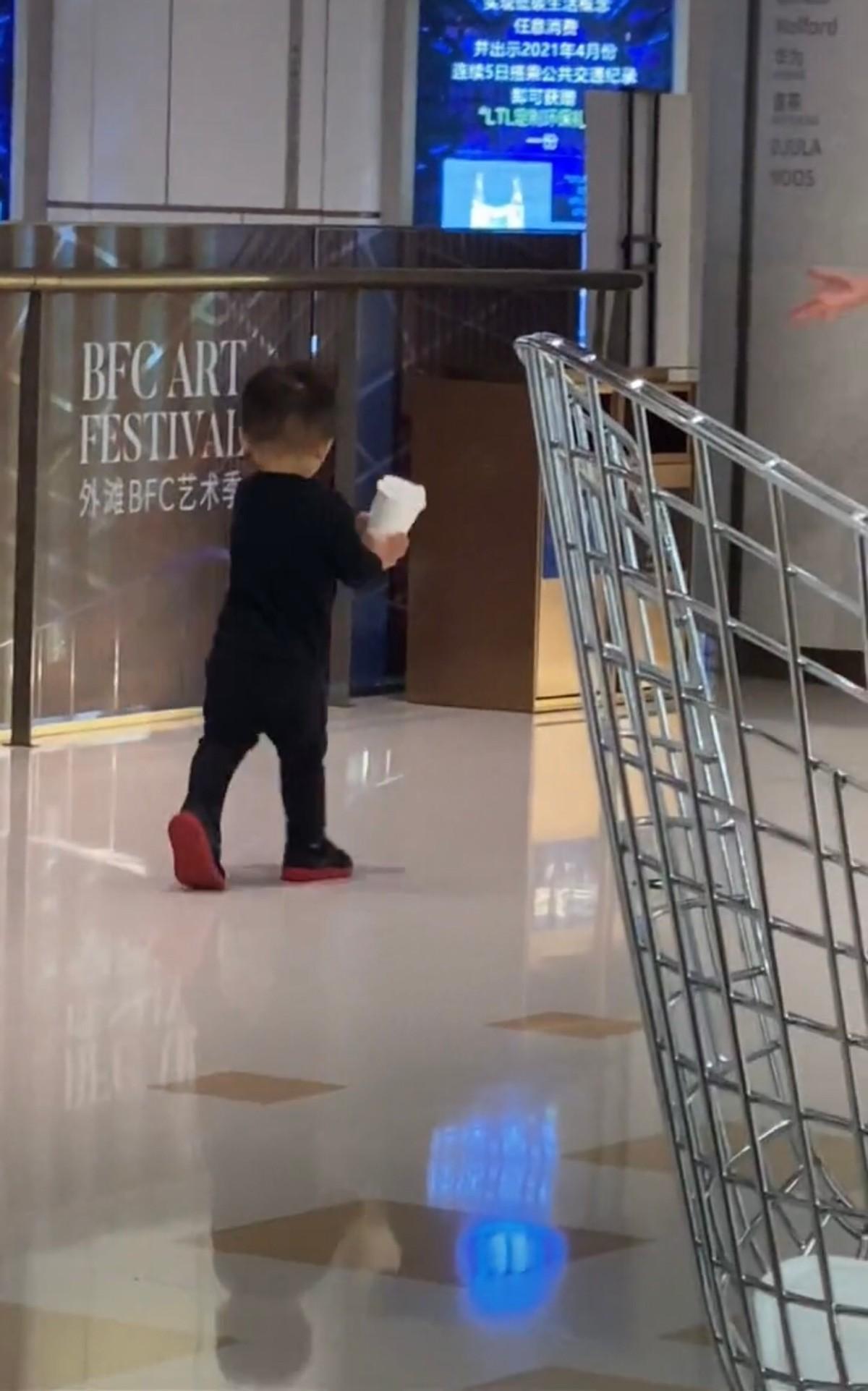 蔡少芬教兒子丟垃圾,小傢伙跪地擦地板超可愛,星二代一點不嬌氣