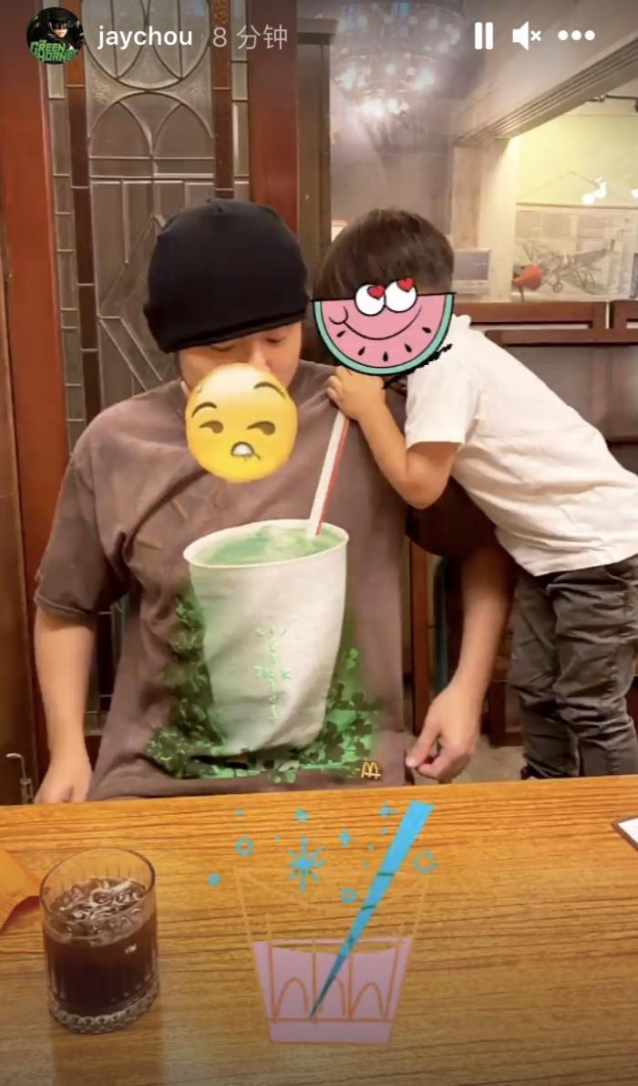 昆凌攜兒女為周杰倫做珍珠奶茶,姐弟可愛出鏡,豪宅廚房面積超大