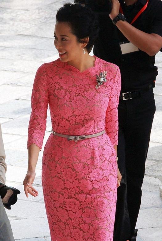 郭晶晶二女兒長大了,穿粉色波點裙做蛋糕,才3歲時尚力堪比奶奶