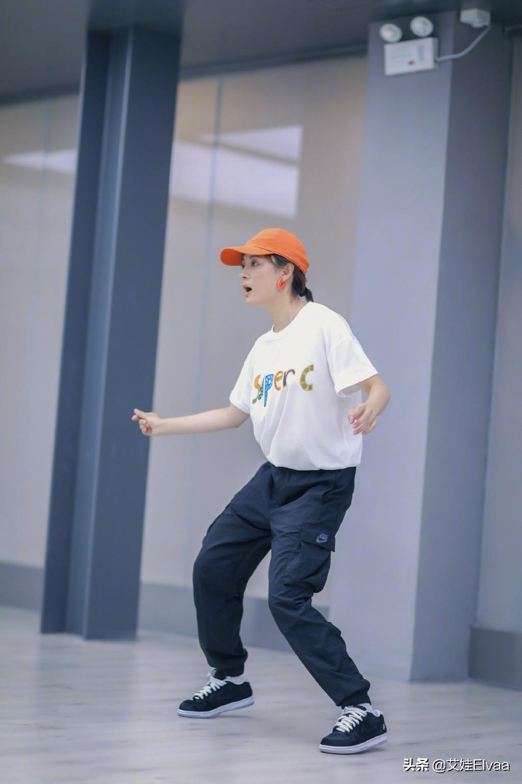 38岁孙俪真自律,穿T恤大清早练舞,罕见戴橙色耳环美得不敢认
