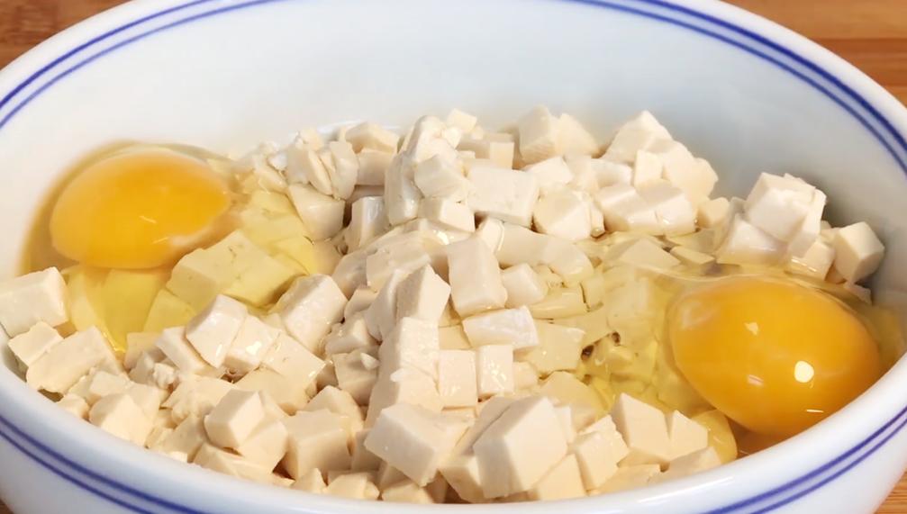1塊豆腐,加1把韭菜,我家隔三差五就吃,皮薄餡大,飯店吃不到