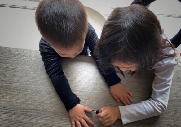 黃磊二女兒長大了! 7歲染藍髮做美甲被指太成熟,育兒方式引爭議