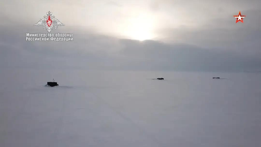 三艘俄核潜艇北极破冰现身,搭载3千万吨总当量核弹,北约安静了 原创战略论2021-03-28 11:19:22 根据俄罗斯媒体报道,俄罗斯海军司令尼古拉海军上将在上周五公开表示,俄海军在北极地区进行了