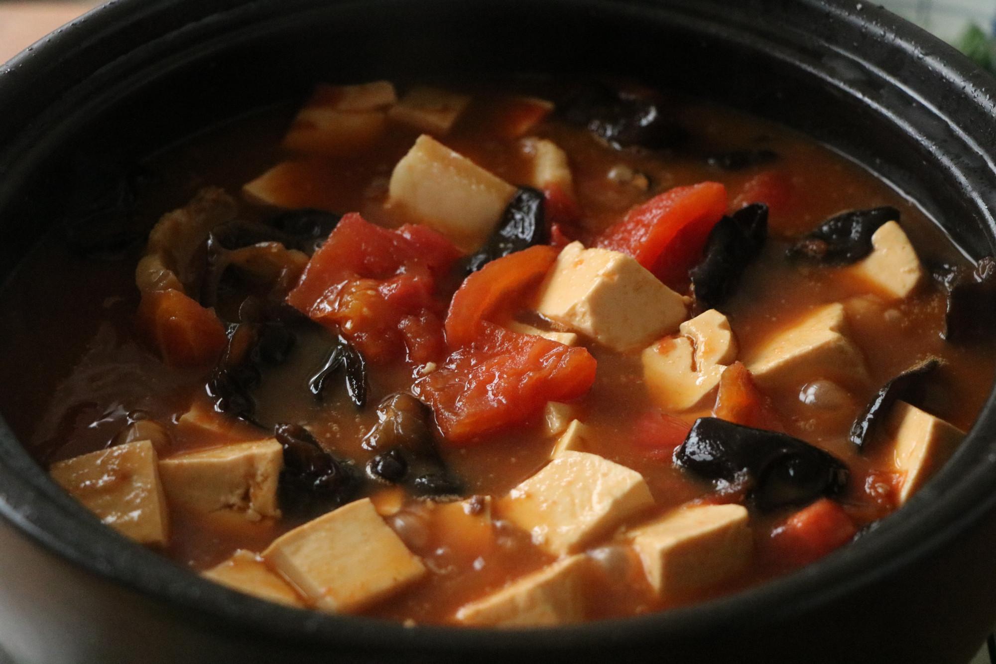 豆腐這樣燉太費米飯了,用砂鍋煲一鍋,滑嫩入味,太適合冬天吃了