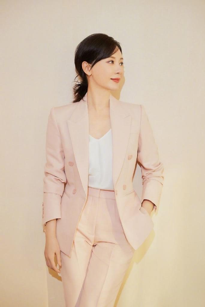 陈数美出新高度,各色西装换着穿知性优雅很高贵,又飒又A超有型