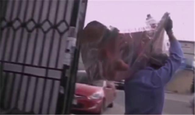 迪拜豪车坟场为什么多?因为车在事故中气囊弹出,就会被强制报废