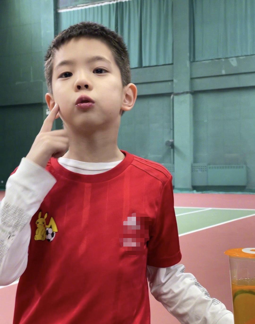 霍思燕曬7歲兒子近況,嗯哼挑戰高難水上項目,臉蛋英俊瘦成竹竿