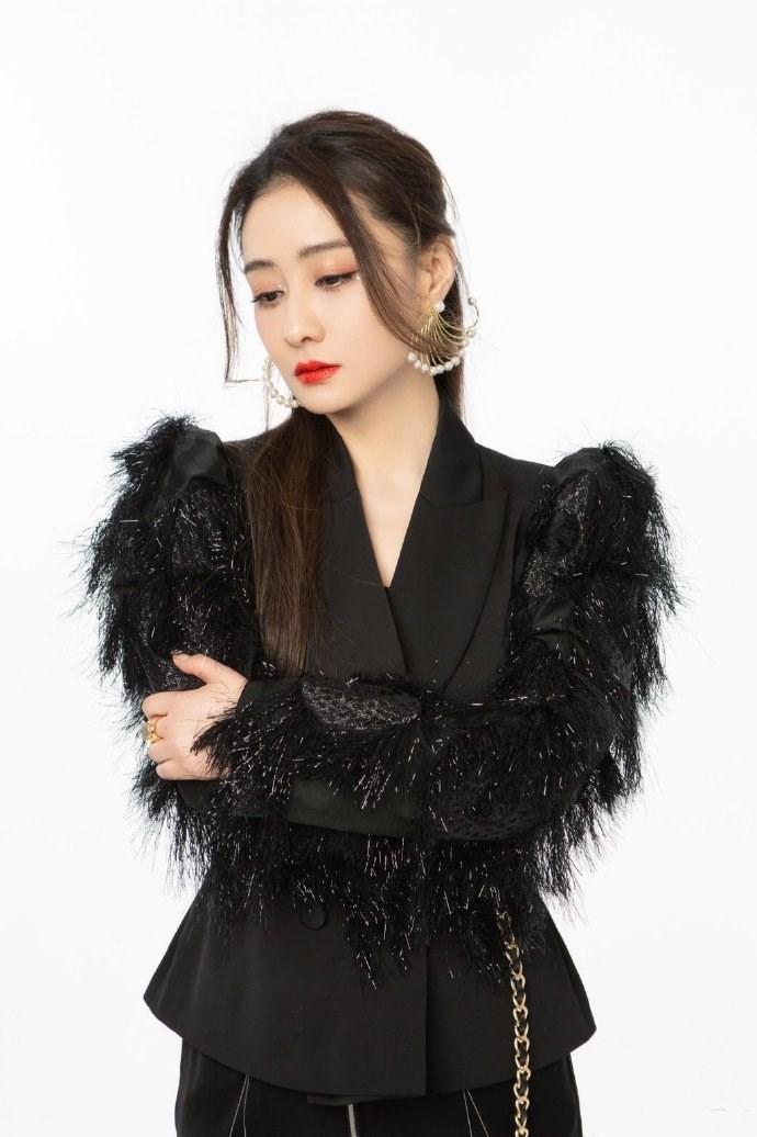 46岁陈德容女神节扮酷耍帅,黑色羽毛西装搭配高马尾,美如少女