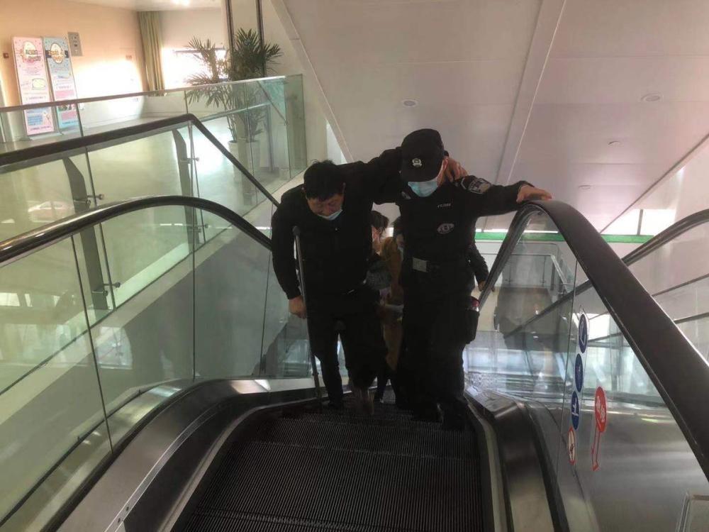 「为民办实事」一残疾男子摔倒在自动扶梯上 特警队员热心救助获好