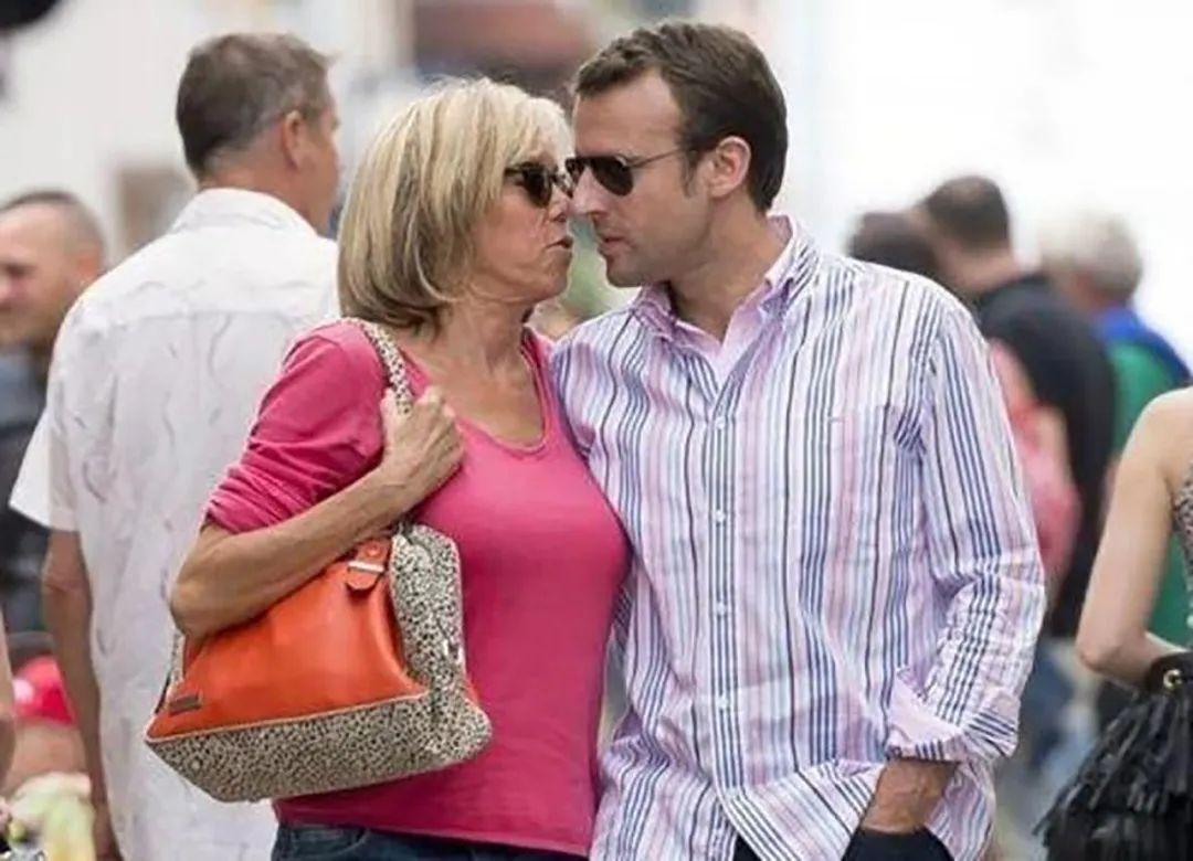 68岁布丽吉特不矫情,和马克龙同行自己背包,大女人做派很飒