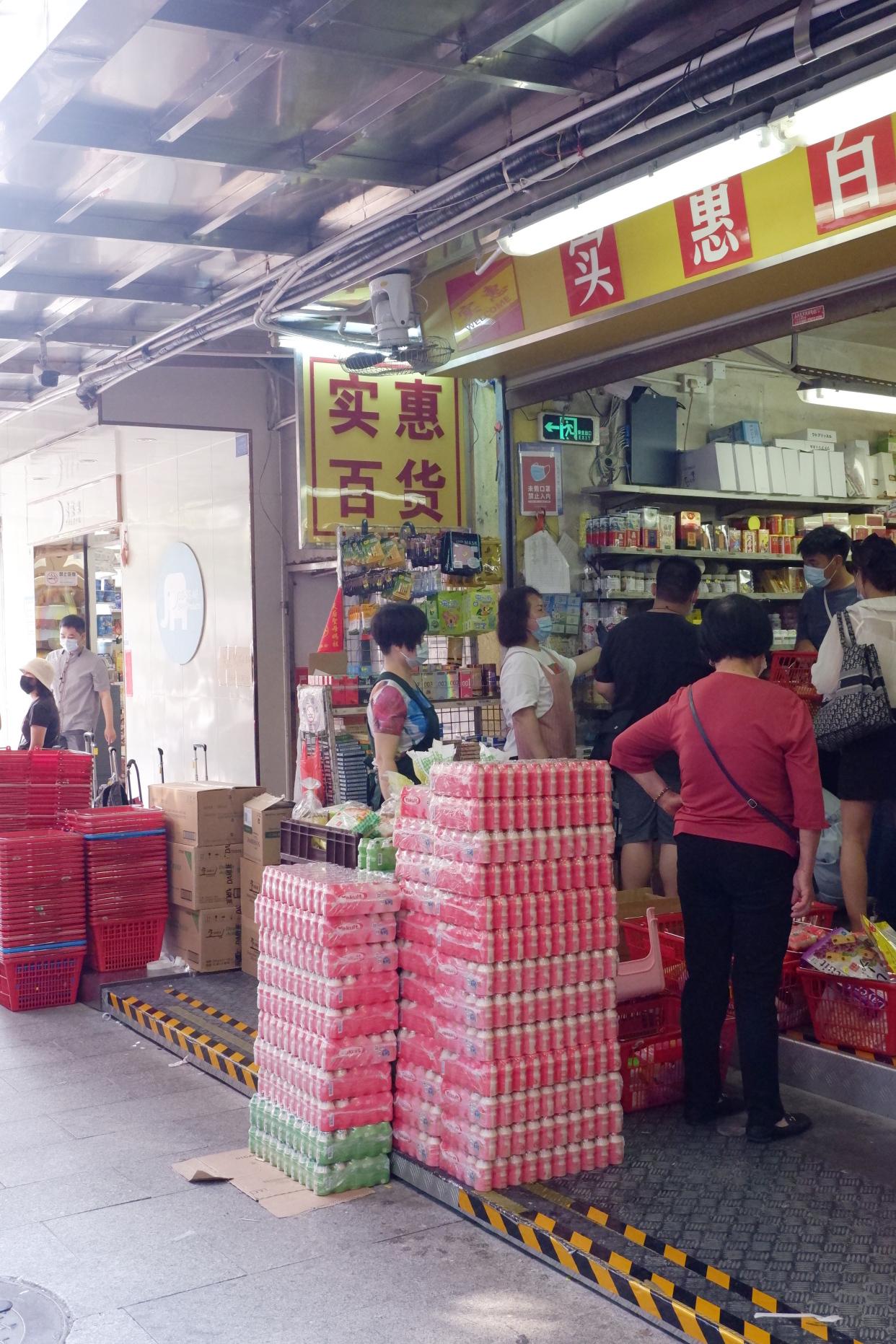 国内中英街一街两制,一边属于香港,一边属于大陆,逛街要办证