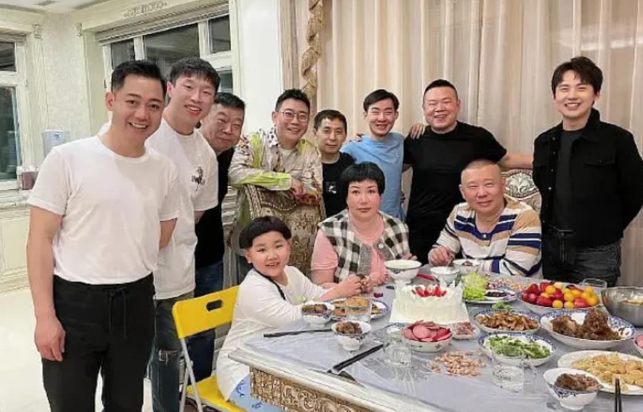 郭德纲老婆王惠现身,手上戴百万手表太抢镜,与郭德纲婚姻太甜蜜