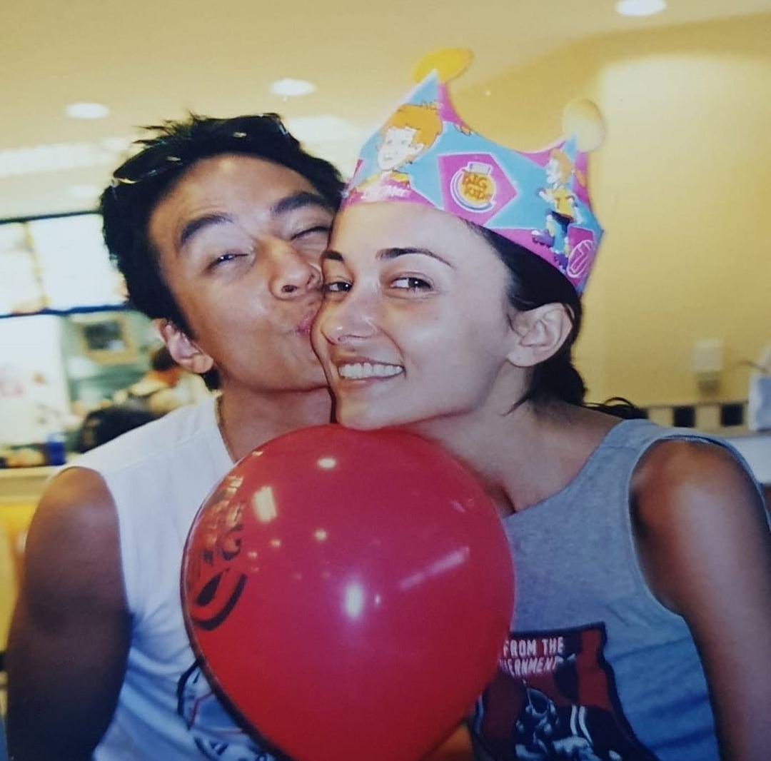 吴彦祖携妻复刻20年前恩爱旧照,为43岁Lisa庆生,自侃发量变少