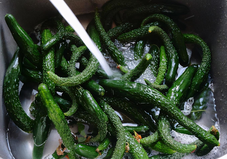 天热了,用这个方法腌黄瓜,脆嫩爽口,一次腌10斤不够吃 美食做法 第3张