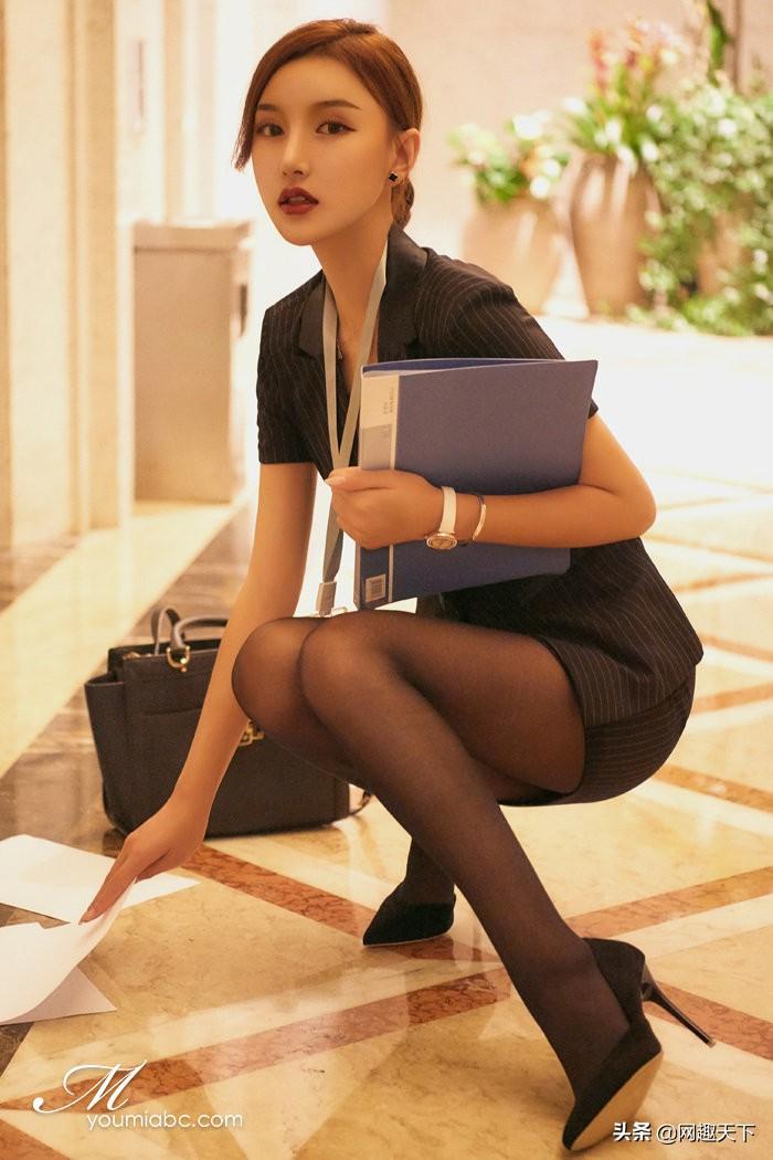 美图鉴赏:黑丝小姐姐腿很长