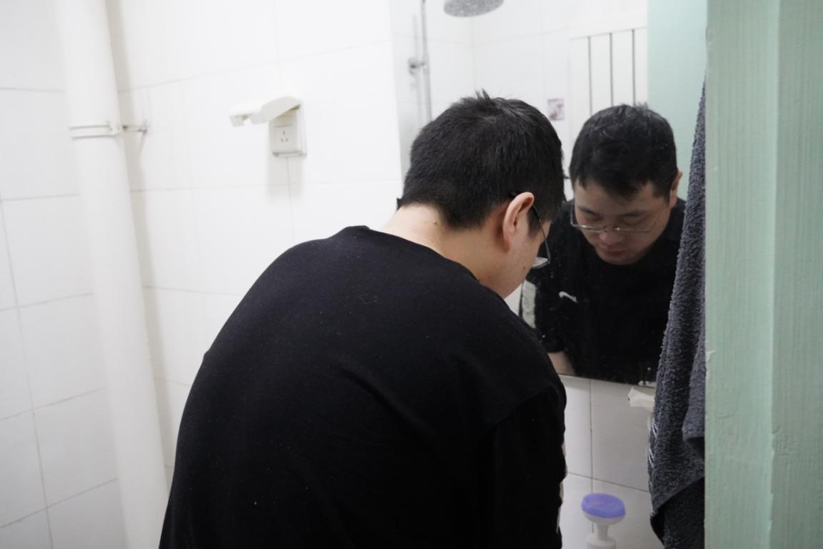 31岁小伙坚持每天灌肠只为活着,哭诉:如果我死了,妈妈怎么办?