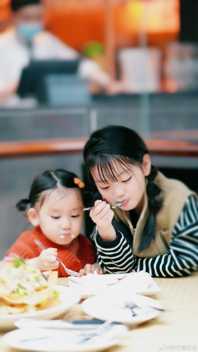 阿拉蕾的妈妈晒女儿日常,两个女儿越长越像,分食蛋糕超有爱