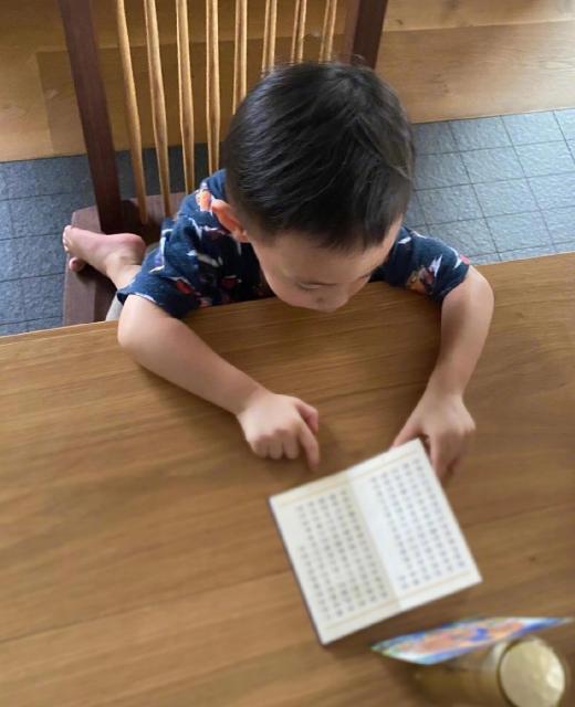 余文樂2歲兒子看書識字,小初見留著爸爸同款髮型,一臉用功萌翻