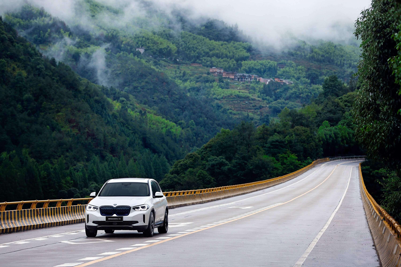 创新纯电动BMW iX3探索绿色自然之旅 携手共创低碳未来