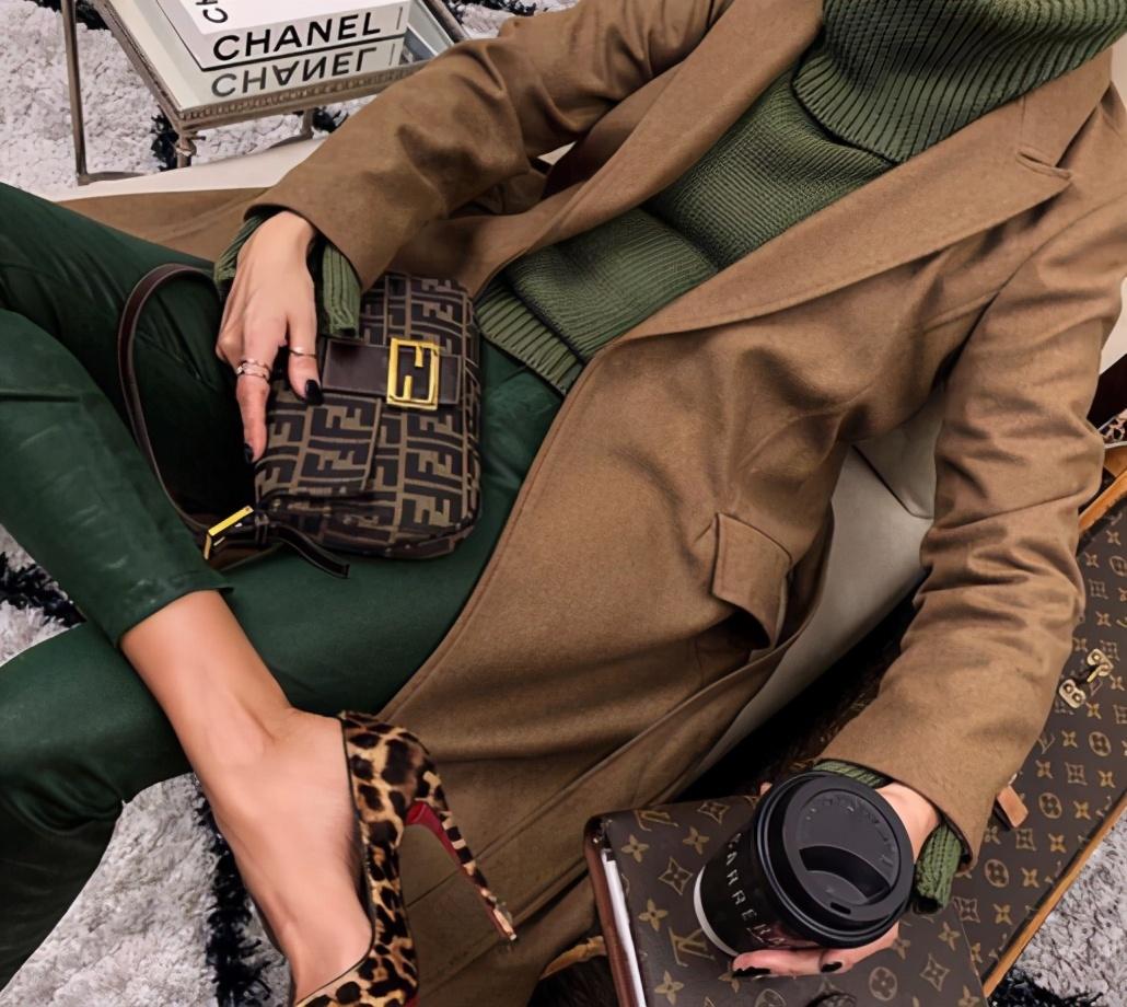 """秋冬穿衣显""""贵"""",配色比选款重要,高级又时髦的配色你需要知道"""