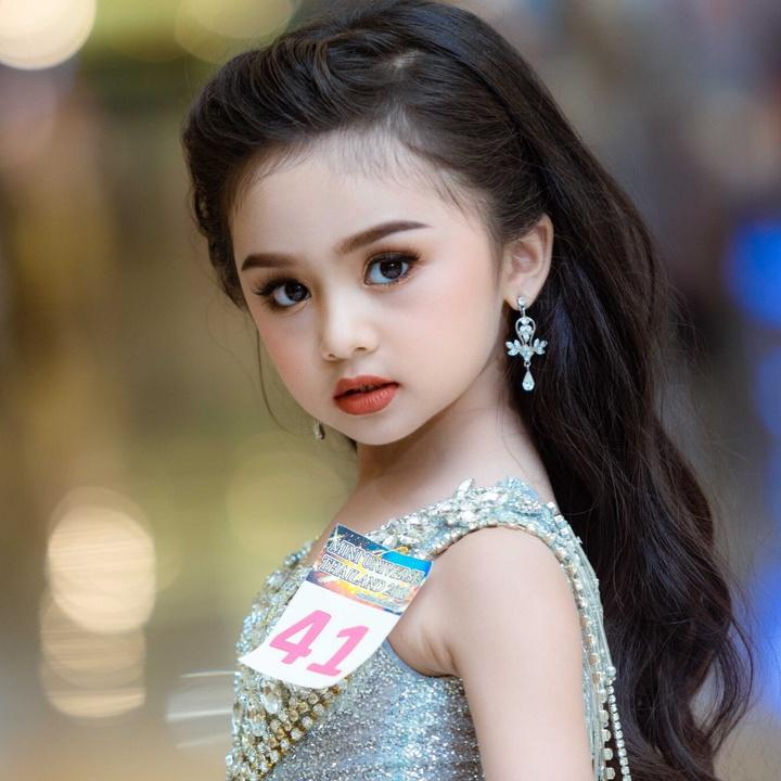 """7岁泰国萝莉又获""""选美冠军""""!穿成熟礼服化浓妆,卸妆后才惊艳"""