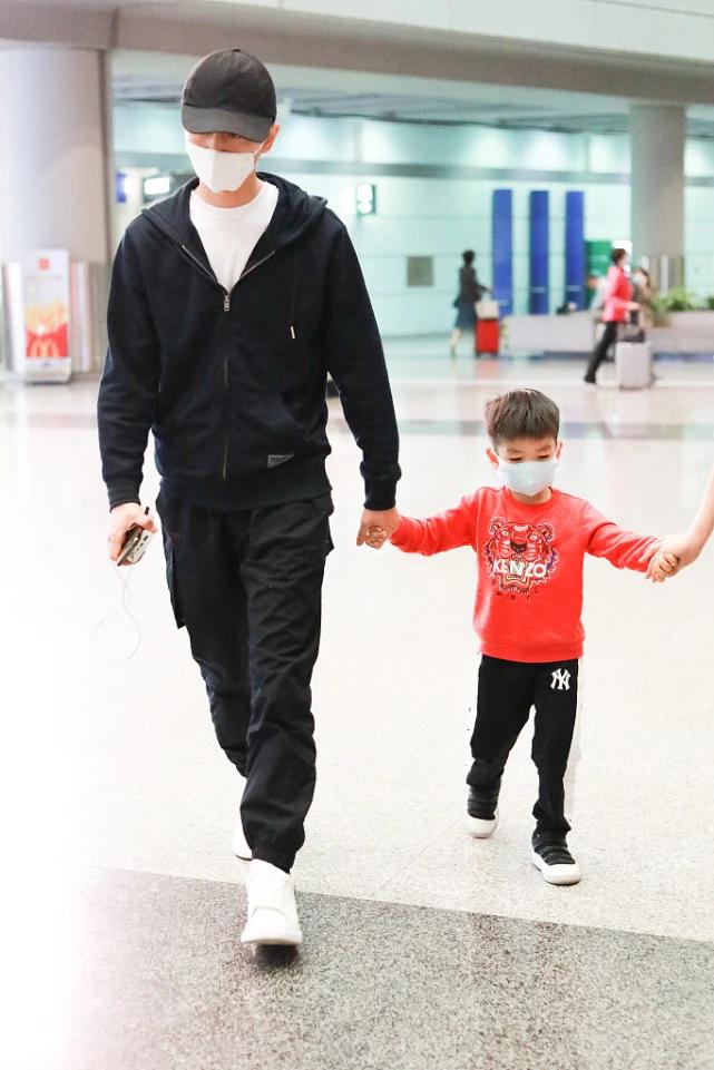 陳曉罕見攜兒子現身,父子一路嬉戲玩耍,4歲小星星眉眼很像爸爸