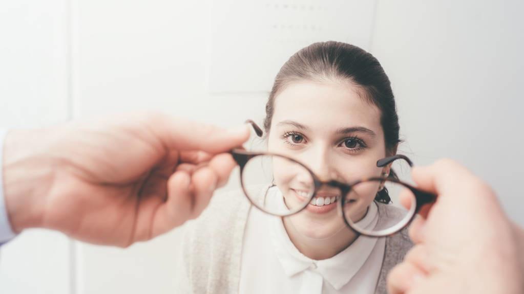 高度近视戴眼镜就好?这3种并发症要警惕,很严重的