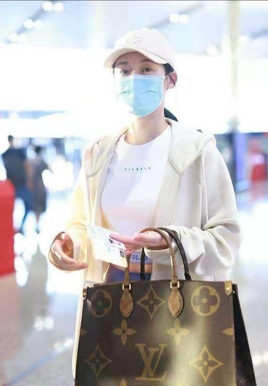 苗苗穿健美裤走机场,公众场合还不遮臀型,挎几万包包像贵妇