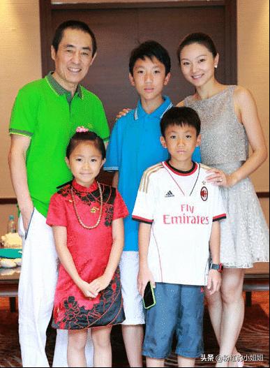 70岁张艺谋全家福,小31岁娇妻身材太吸睛,三个孩子颜值亮了