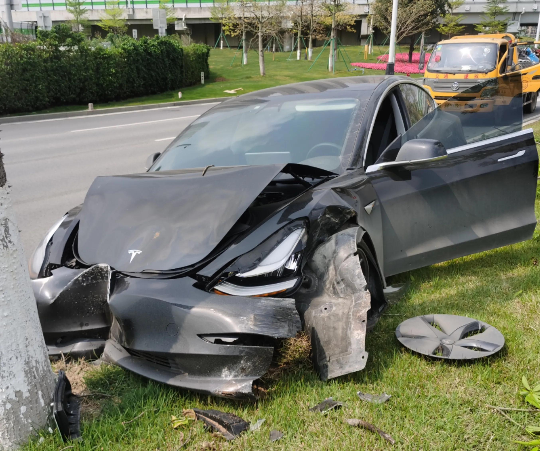Model 3自动驾驶连撞两树,车头近报废气囊未弹出-第2张图片-汽车笔记网