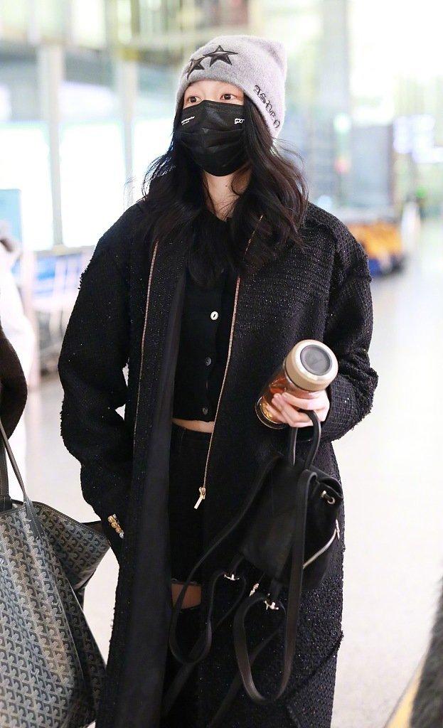 23岁关晓彤都养生啦!穿露脐装走机场真不怕冷,私服造型真惊艳