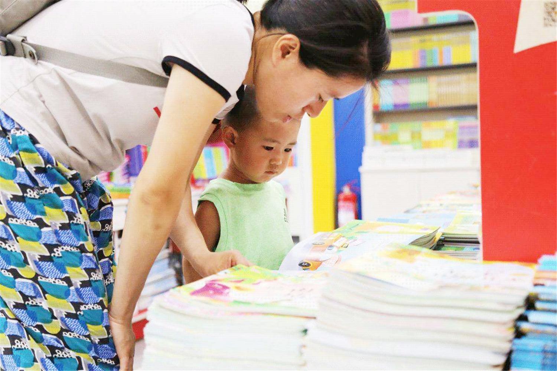 """不识字的孩子,如何在亲子阅读中增长认知?分阶段做""""读写萌发"""""""