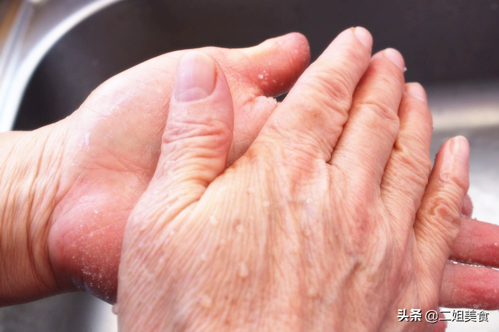 把白糖倒在手心上,輕鬆去除廚房油污,簡單還實用