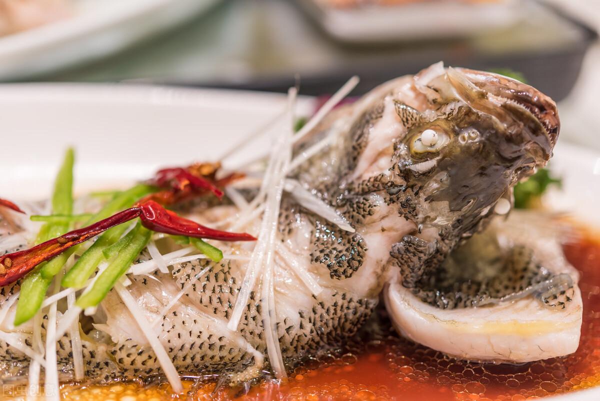 做清蒸鱼时,别放食盐和料酒,教你正确的做法,鱼肉鲜嫩无腥味