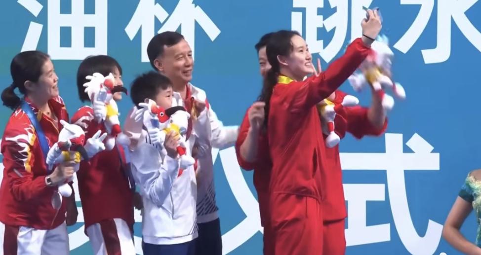 全红婵一举动太感人!不停挥手感谢观众,向粉丝比心,她都快哭了