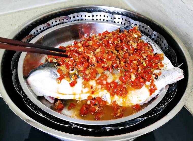 湘菜大厨教你秘制做法,鱼肉鲜嫩还不腥 剁椒鱼头 第6张