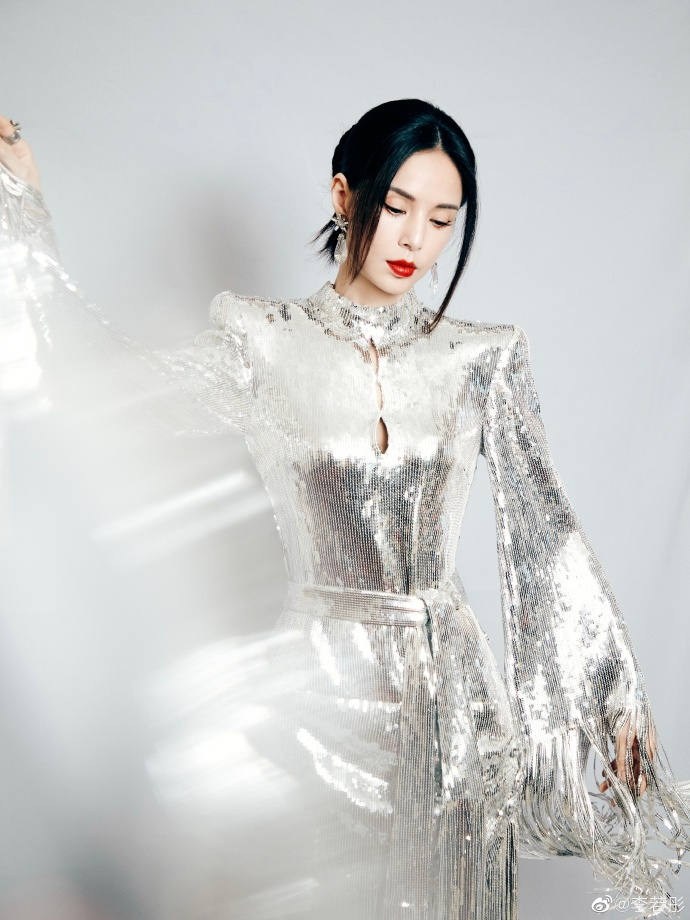 李若彤闪光银裙装扮惊艳