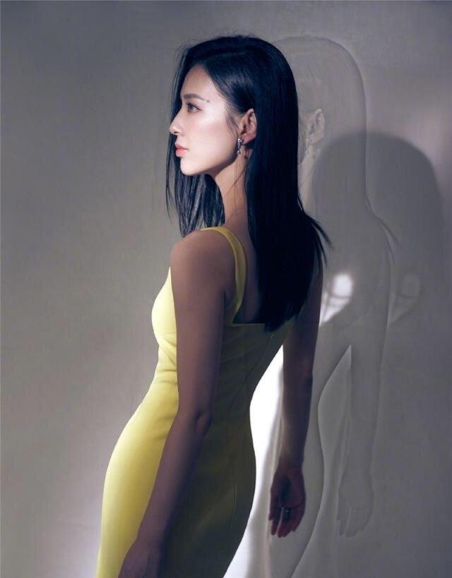 黄圣依虽是阔太也保守,嫌裙子太露用针线缝,秀出人鱼身材真美艳