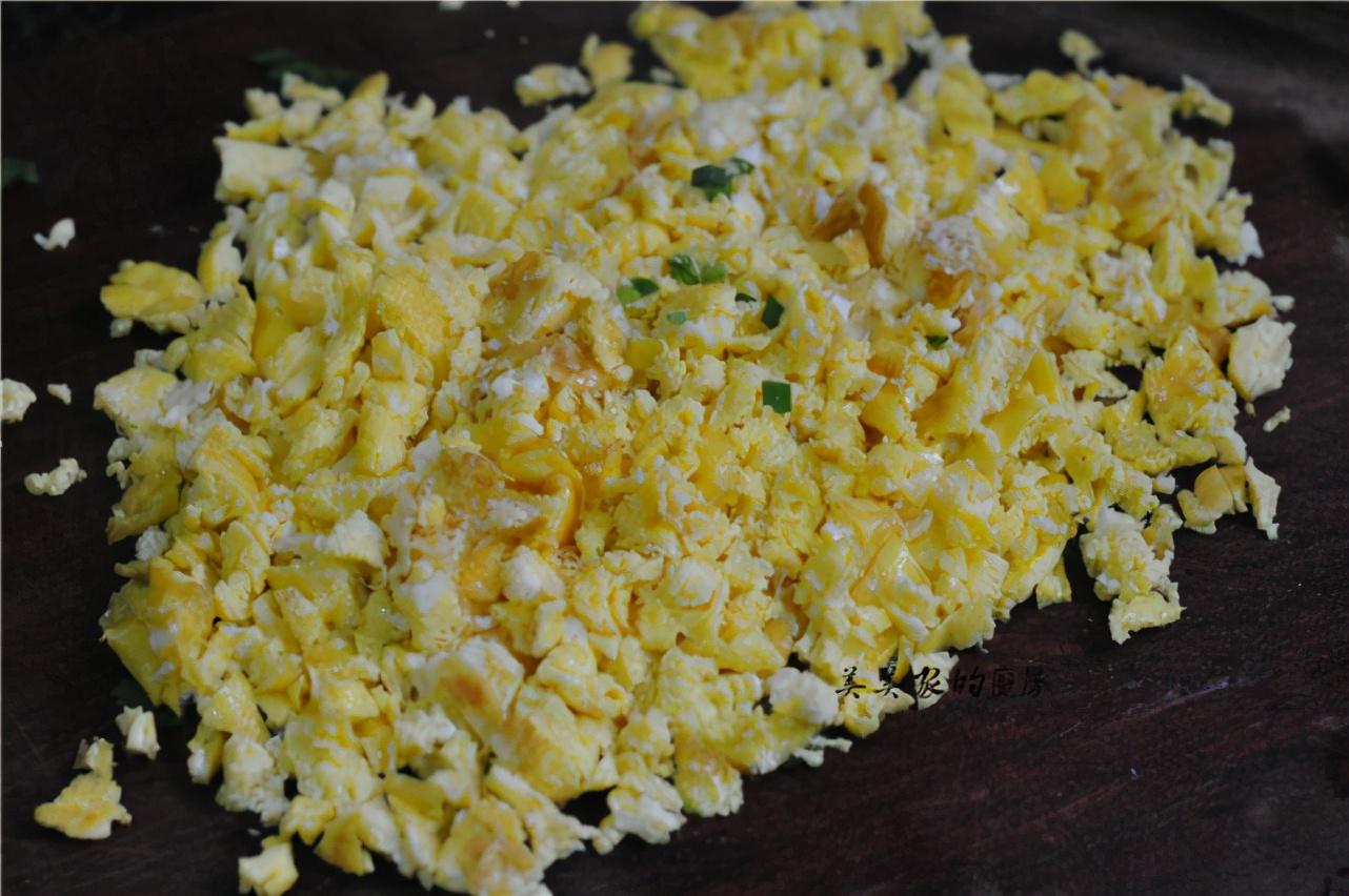 韭菜盒子做法多,我独爱这一种!不用发面超省事,薄皮焦嫩还多汁 美食做法 第20张