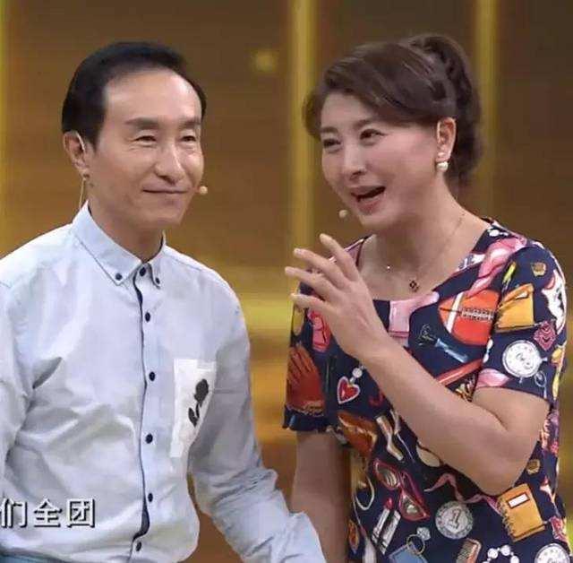 被赵本山捧红的闫学晶,48岁就穿老年碎花裙,素颜也太普通了