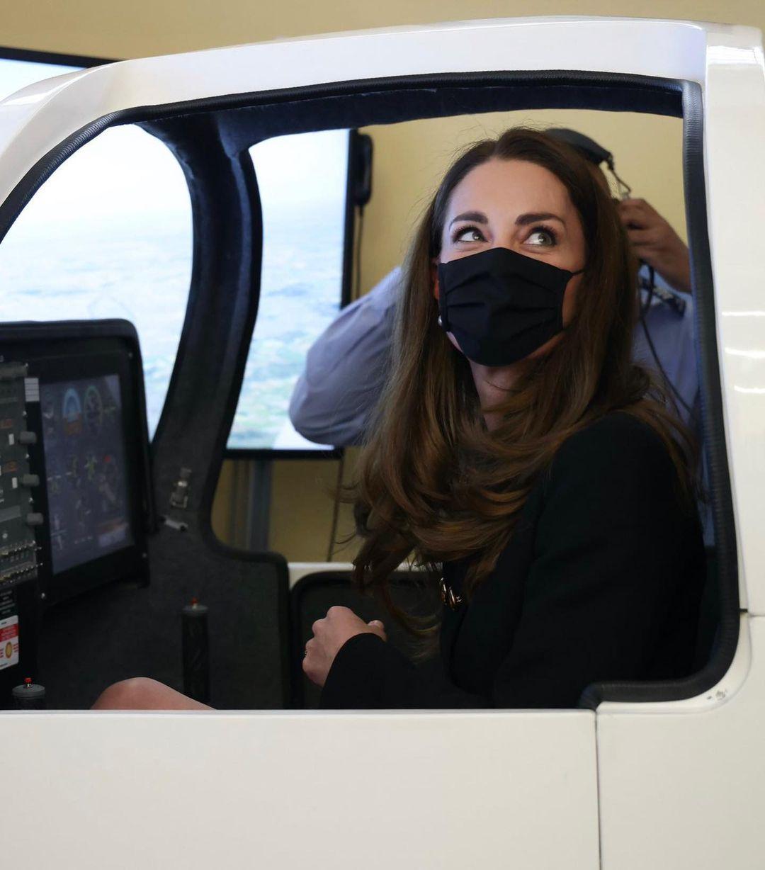 凯特现身营业,穿深色服装重拾笑容,她开心玩模拟飞机威廉看包