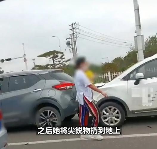 青岛一女子追尾前车,抱娃猛戳前车司机,目击者:她又取了水果刀