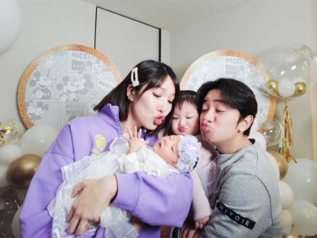李亚男圣诞节晒两女儿,天韵变超萌小吃货,妹妹已长成小胖墩
